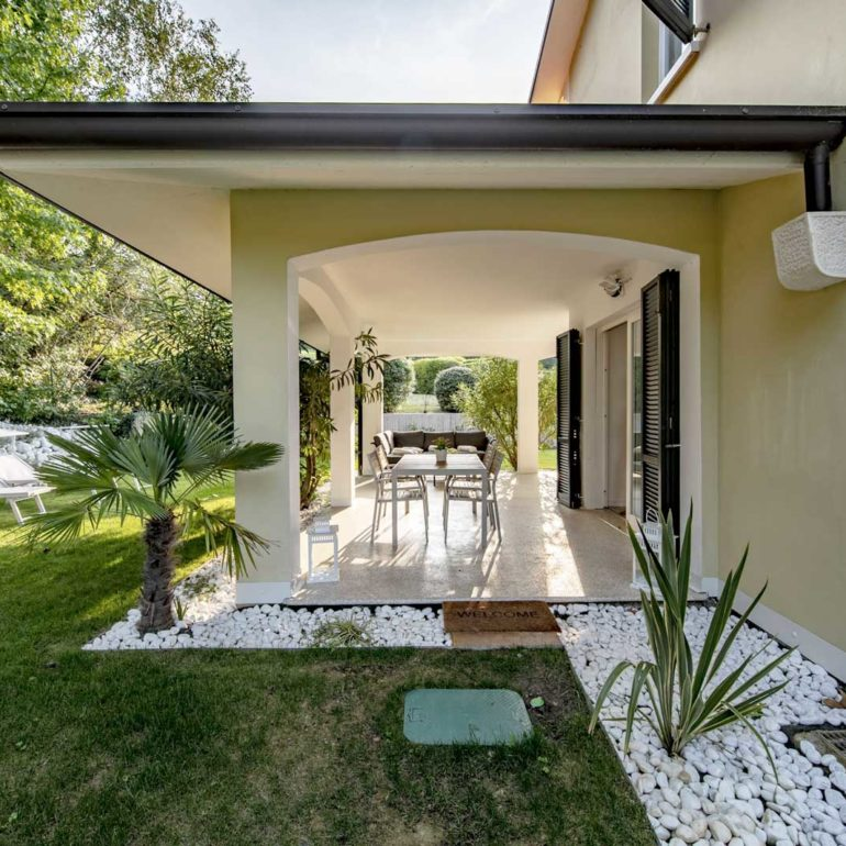 Italia-Living-Villa-Garda-view-outside