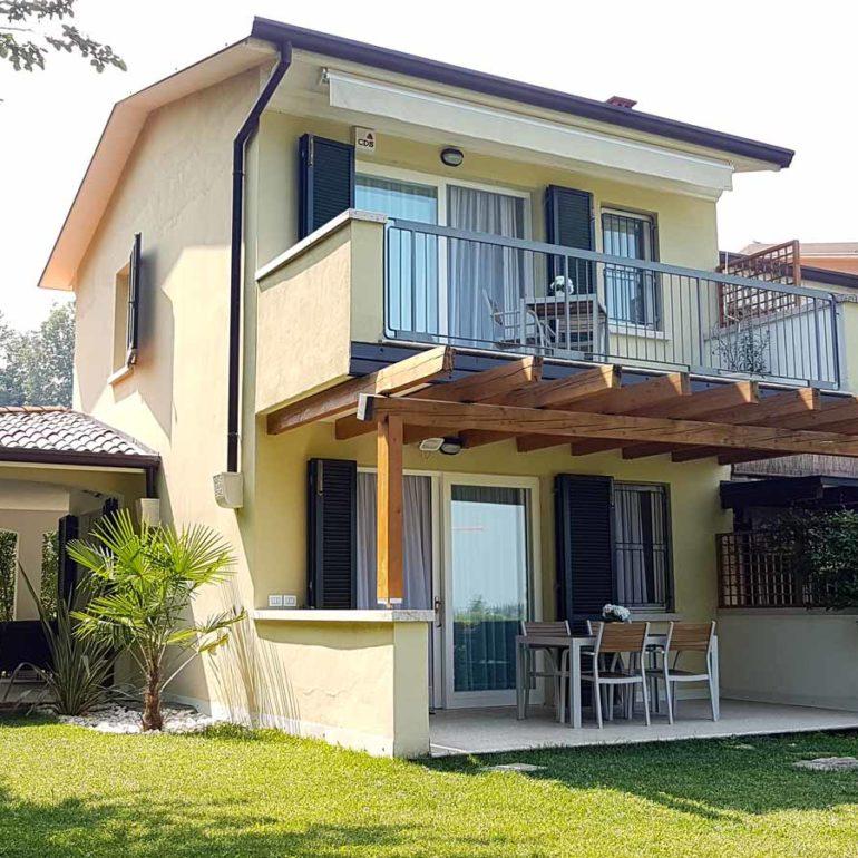 Italia Living Villa Garda view courtyard and balcony